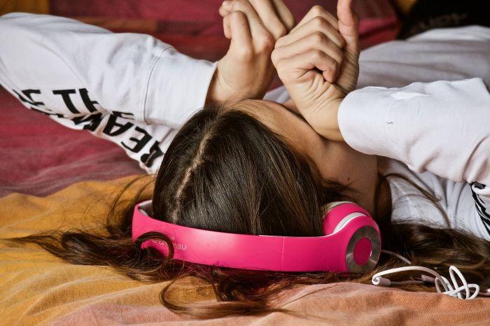 girl headphones Image by Luisella Planeta Leoni from Pixabay 3231843 1280 700x466 1